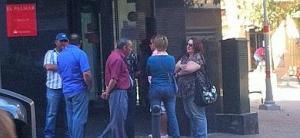 Clientes y trabajadores esperan la llegada del cerrajero en un Santander de El Palmar. | Virginia Carrión